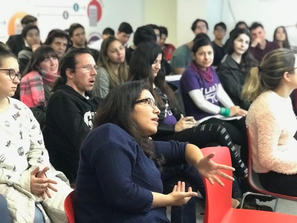 una participante conversa con el resto de los participantes